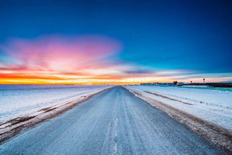 Champs et pré de Milou d'hiver d'Asphalt Country Open Road Through images libres de droits