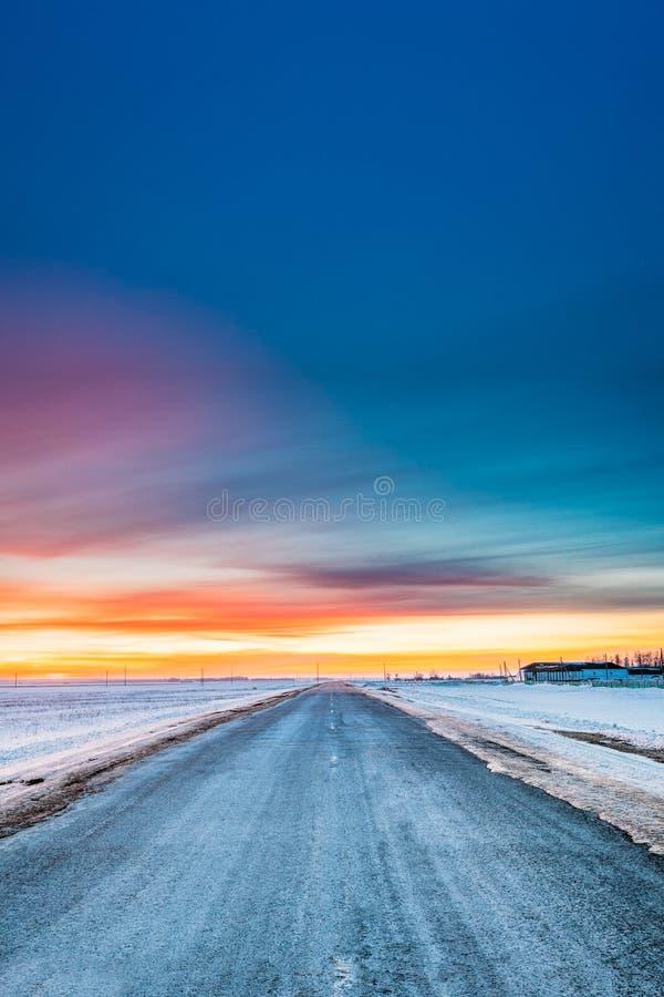 Champs et pré de Milou d'hiver d'Asphalt Country Open Road Through image libre de droits