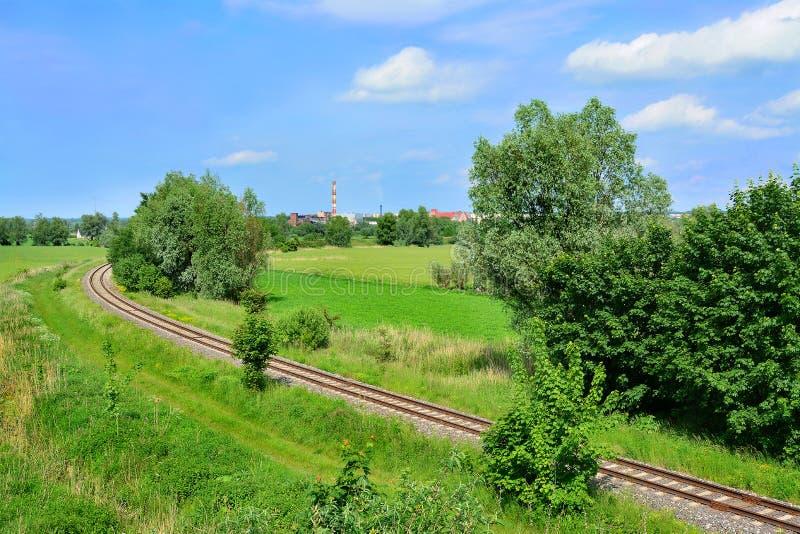 Champs et voies ferrées verts images libres de droits
