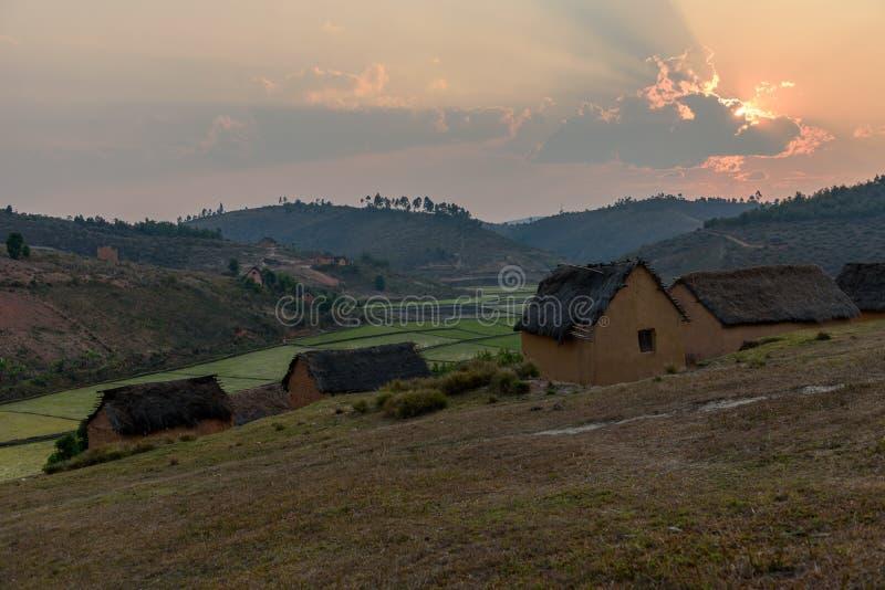 Champs traditionnels de village et de riz, Madagascar image stock