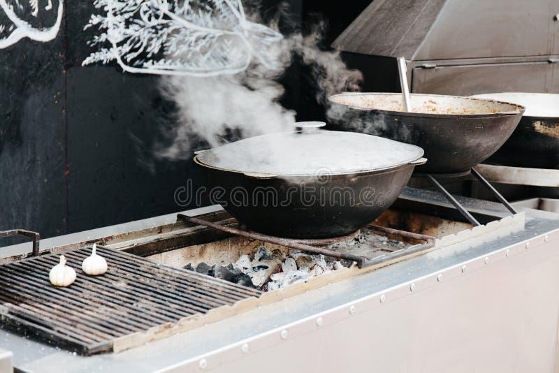 Chan avec la vapeur sur les charbons photo stock