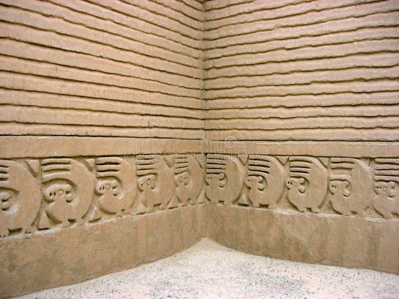 Chan Chan, Trujillo, Peru - 18 de outubro de 2006: Relevo da parede na ruína antiga foto de stock