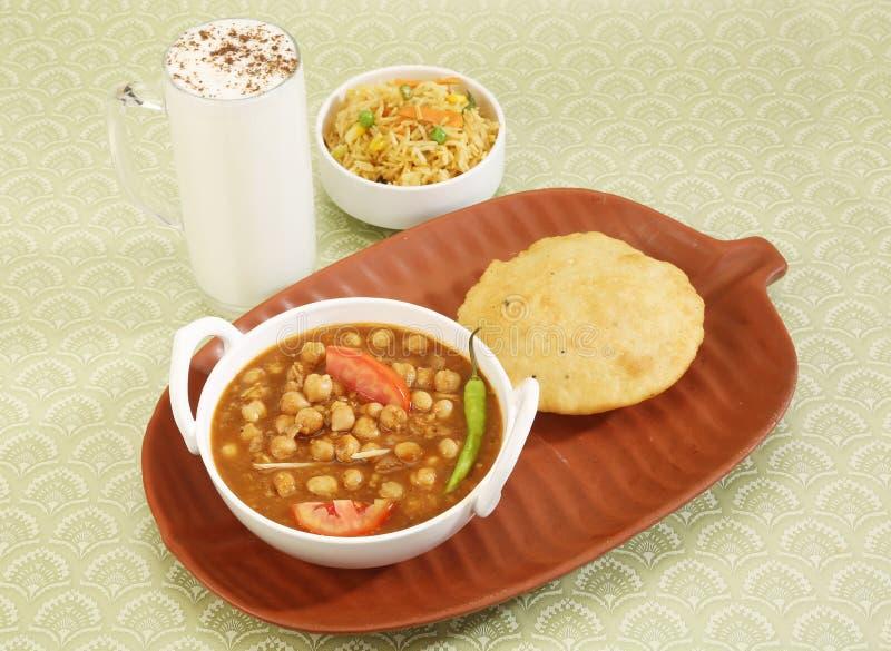 Chana Masala of Kruidig Chick Peas met Bhature en Karnemelk stock foto