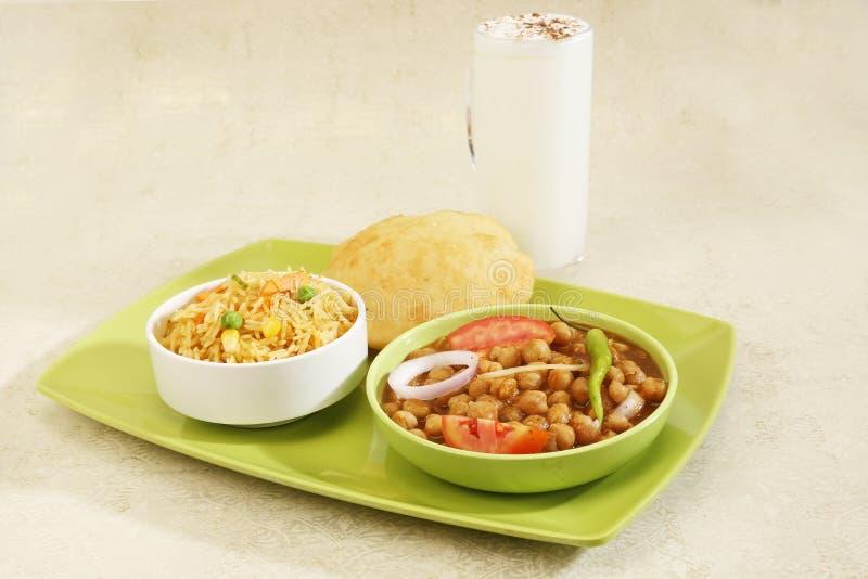 Chana Masala of Kruidig Chick Peas met de Rijst en Buttermi van Bhature royalty-vrije stock afbeeldingen