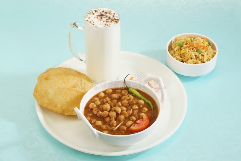 Chana Masala met Bhature en karnemelk-Indisch Voedsel royalty-vrije stock afbeelding