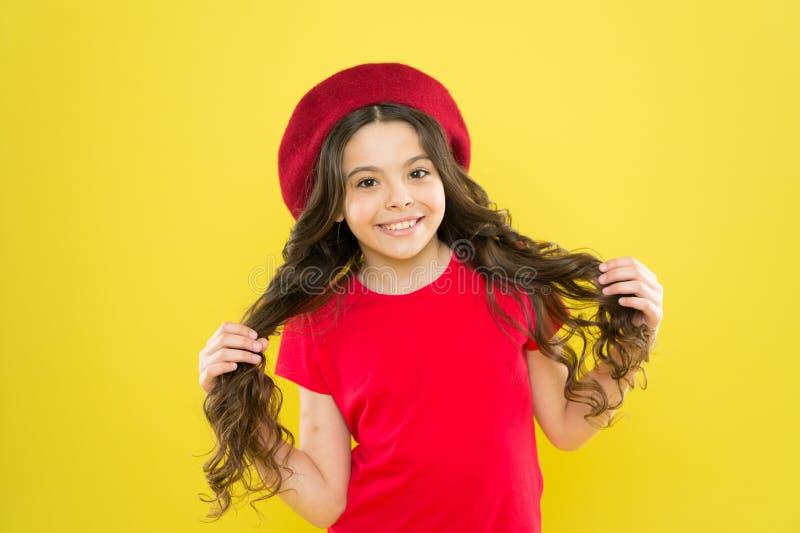 Chanceux et beau Fond jaune adorable de cheveux boucl?s de visage mignon heureux d'enfant Astuces de beaut? pour les cheveux rang photo stock