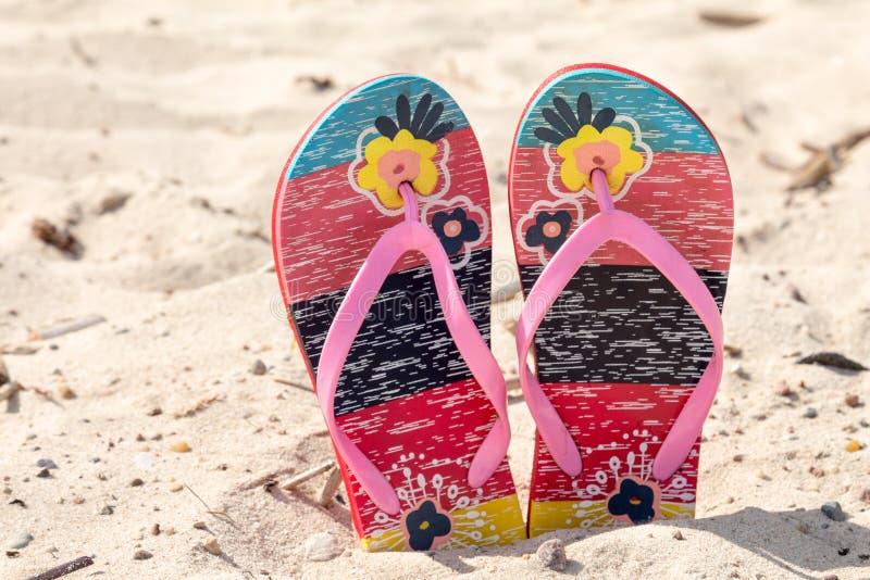 Chancleta de la sandalia en la arena blanca imagen de archivo