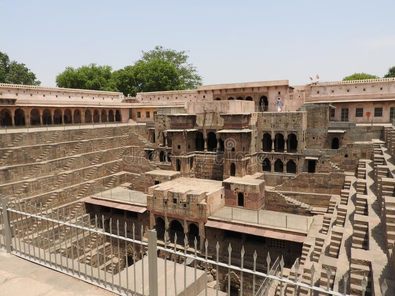 Chand Baori καλά, ένα από τα βαθύτερα βήματα στην Ινδία στοκ εικόνες