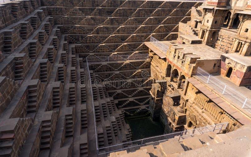 Chand Baori - быстро пройдите хорошо, конструкция старой архитектуры стоковые изображения rf