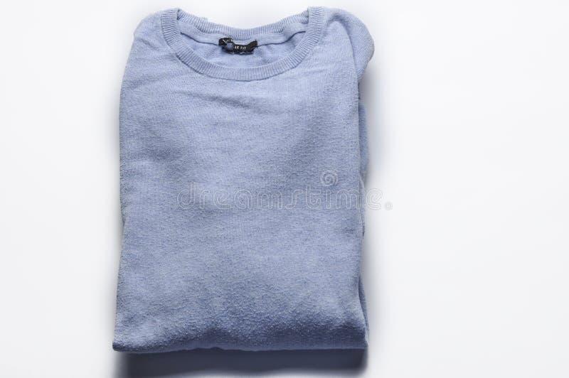 Chandail bleu-clair d'isolement sur un fond blanc Copiez l'espace images libres de droits