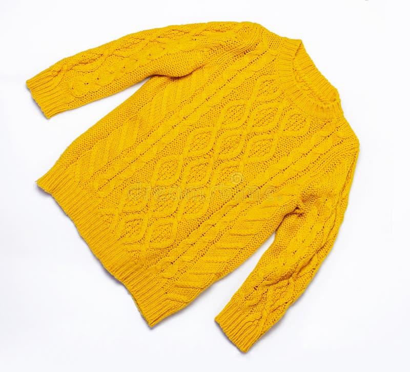 Chandail et feuilles d'automne tricotés oranges femelles sur la configuration plate blanche de vue supérieure de fond Madame Clot images stock