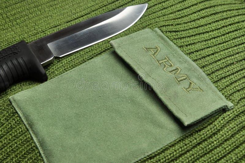 Chandail militaire de couleur kaki avec le signe d'armée et le couteau de Kombat photo stock