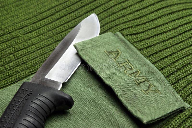 Chandail militaire de couleur kaki avec le signe d'armée et le couteau de Kombat photographie stock