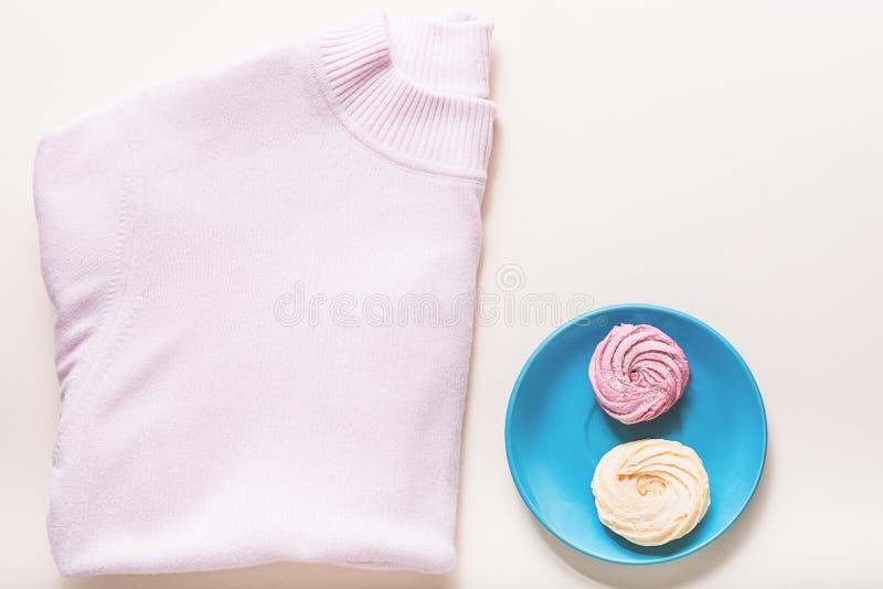 Chandail rose intéressant près de dessert doux photos stock
