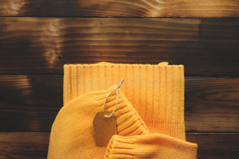 Chandail tricoté jaune sur la vue supérieure de vieux fond en bois Madame Clothes Set Trendy de mode confortable tricotent photo libre de droits