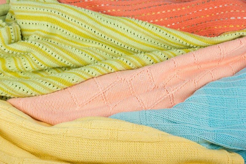 Chandails tricotés de laine La pile de l'été tricoté vêtx sur le fond en bois, chandails, les tricots, l'espace pour le texte photographie stock