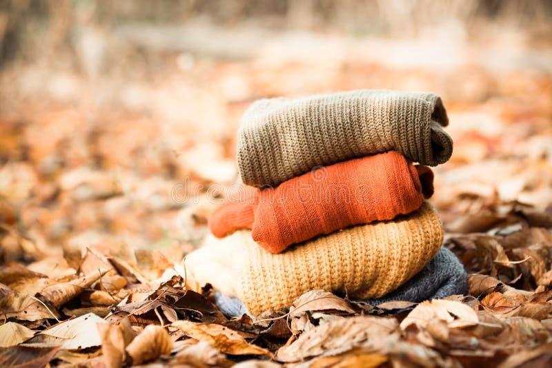 Chandails tricotés de laine Pile de l'hiver tricoté, vêtements d'automne images libres de droits