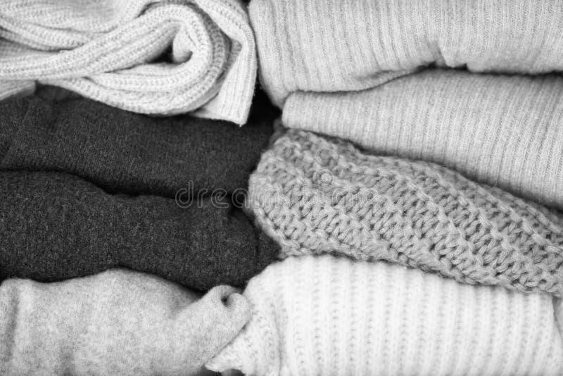 Chandails, tricots Vêtements tricotés de laine Pile des vêtements tricotés d'hiver Orientation molle photo stock