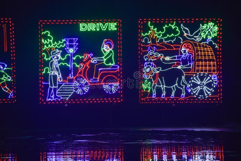 Chandannagar, το Νοέμβριο του 2018 της δυτικής Βεγγάλης, Ινδία - θεαματική ζωηρόχρωμη διακόσμηση φωτισμού με τους βολβούς των οδη στοκ εικόνες