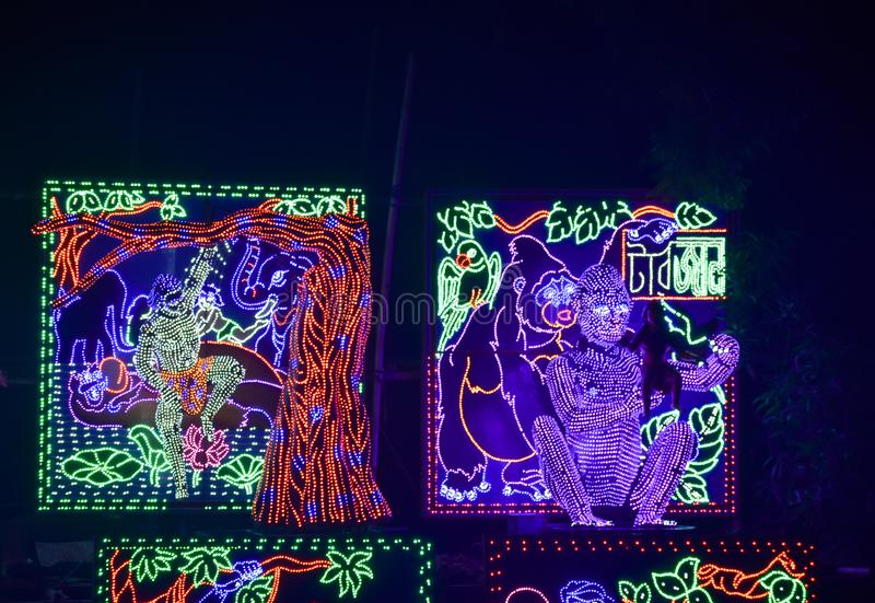 Chandannagar, το Νοέμβριο του 2018 της δυτικής Βεγγάλης, Ινδία - θεαματική ζωηρόχρωμη διακόσμηση φωτισμού με τους βολβούς των οδη στοκ φωτογραφία