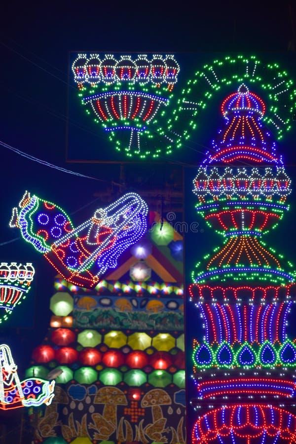 Chandannagar västra Bengal, Indien November 2018 - spektakulär färgglad tändande garnering med LEDDE kulor under Jagadhatri Puja arkivfoto