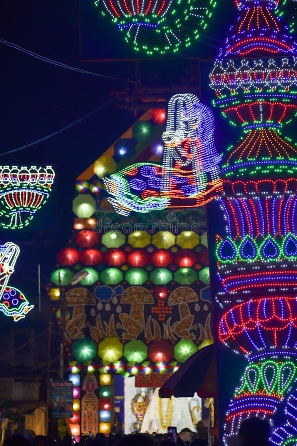 Chandannagar västra Bengal, Indien November 2018 - spektakulär färgglad tändande garnering med LEDDE kulor under Jagadhatri Puja arkivfoton