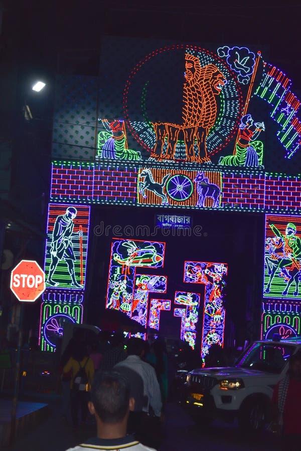 Chandannagar, Westbengalen, Indien im November 2018 - großartige bunte beleuchtende Dekoration mit LED-Birnen während Jagadhatri  lizenzfreie stockfotografie