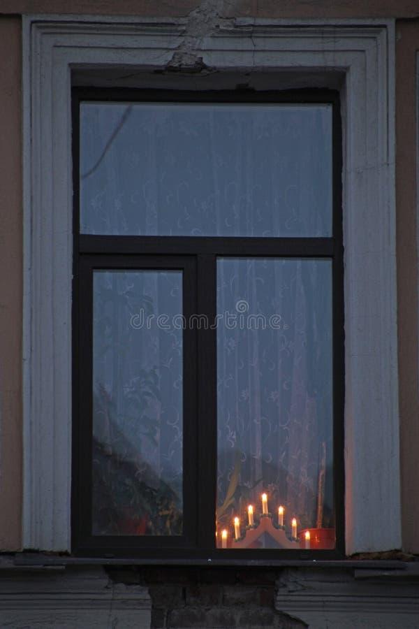 Chandelier électrique sur la fenêtre photos stock