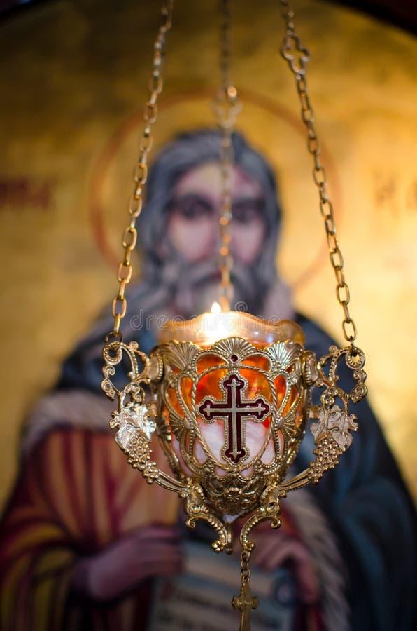 Chandelier avec la croix dans l'église orthodoxe photographie stock