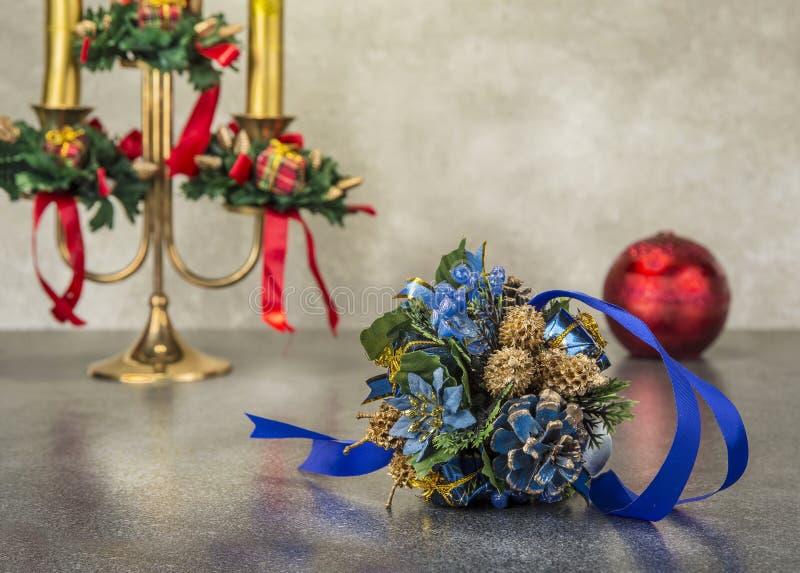 Chandelier avec la décoration de Noël sur le fond grunge images stock