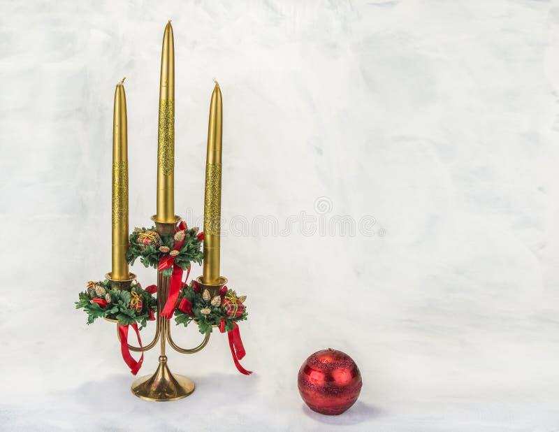 Chandelier avec la décoration de Noël sur le fond grunge photo stock