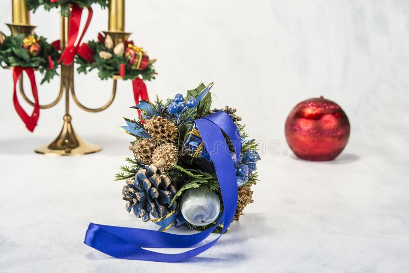 Chandelier avec la décoration de Noël sur le fond grunge photographie stock libre de droits