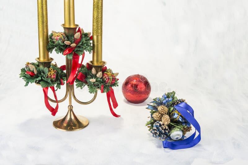Chandelier avec la décoration de Noël sur le fond grunge photos stock