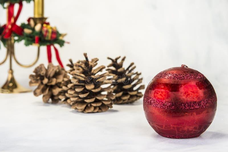 Chandelier avec la décoration de Noël sur le fond grunge photos libres de droits