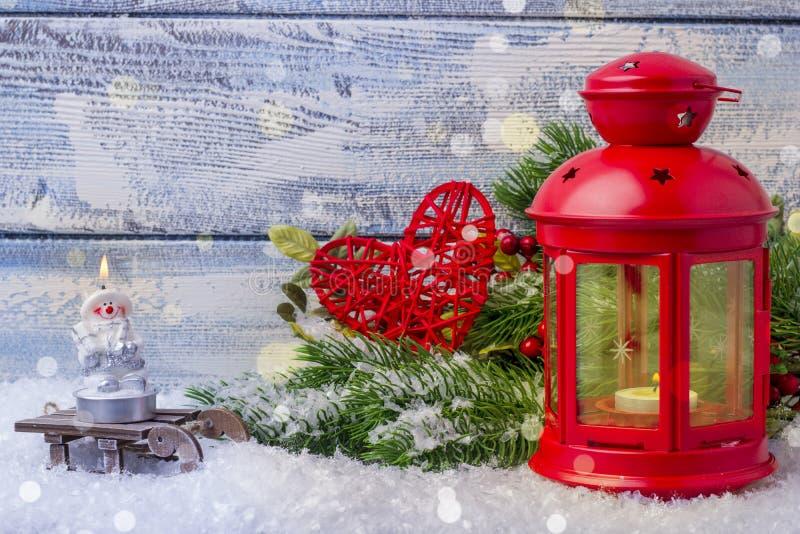 Chandelier avec une bougie intérieure et un arbre de sapin de brindille Décoration et endroit de Noël pour le texte photographie stock libre de droits