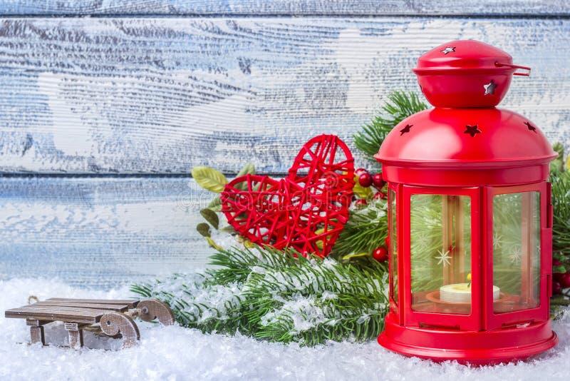 Chandelier avec une bougie intérieure et un arbre de sapin de brindille Décoration et endroit de Noël pour le texte image stock