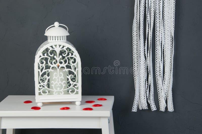 Chandelier blanc sur gris-foncé photo libre de droits
