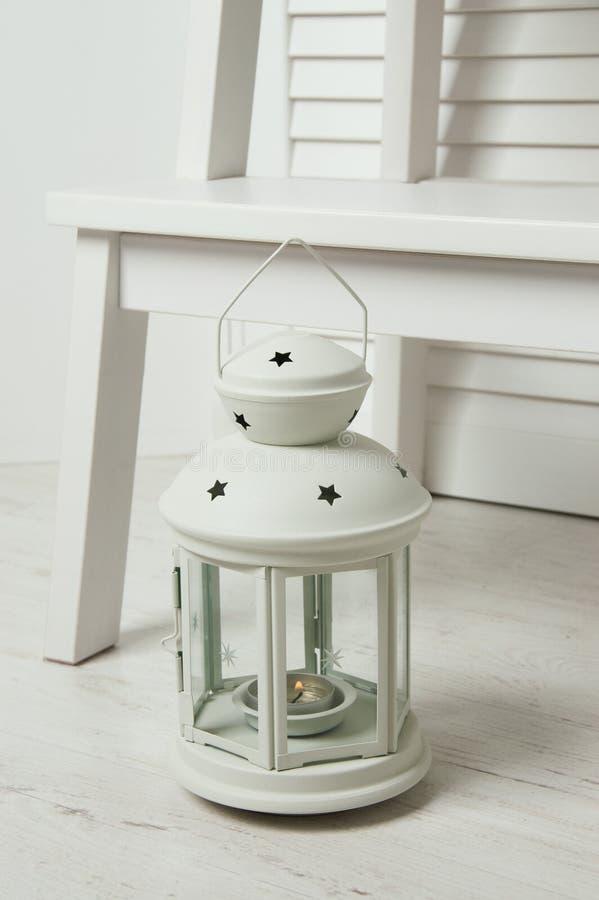 Chandelier blanc sur le plancher photographie stock