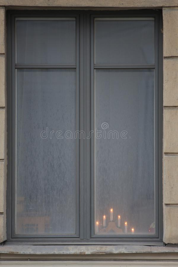 Chandelier décoratif avec les bougies brûlantes sur la fenêtre photographie stock libre de droits