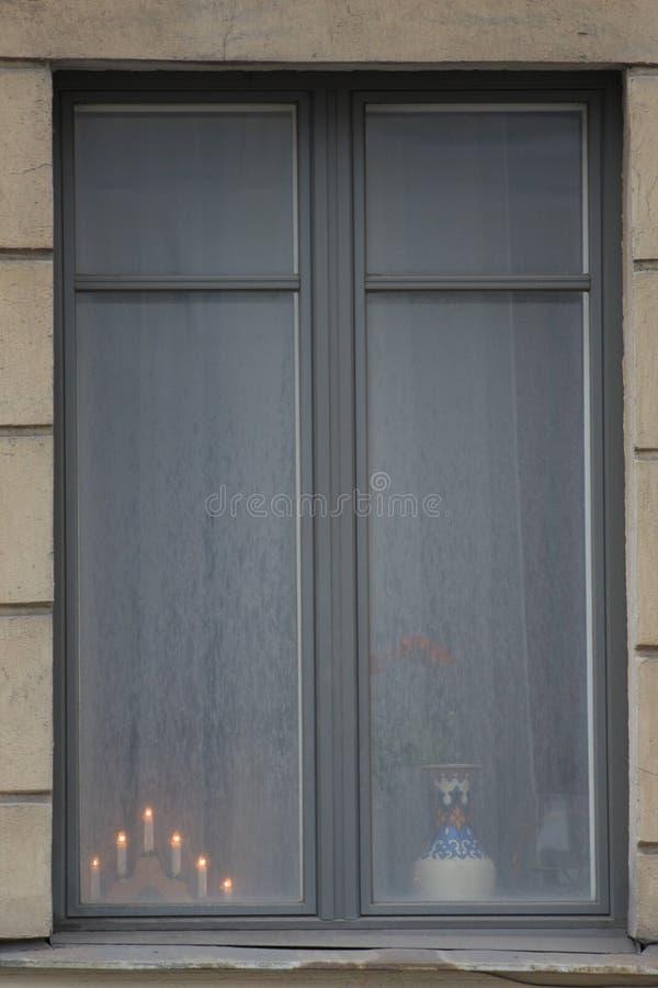 Chandelier décoratif avec les bougies brûlantes sur la fenêtre image libre de droits