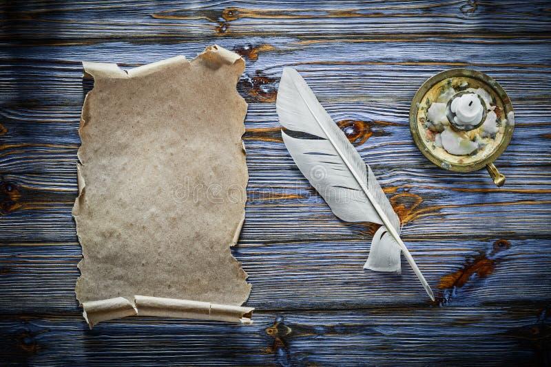 Chandelier de cannette de petit pain de papier de vintage sur le fond en bois bleu photographie stock libre de droits