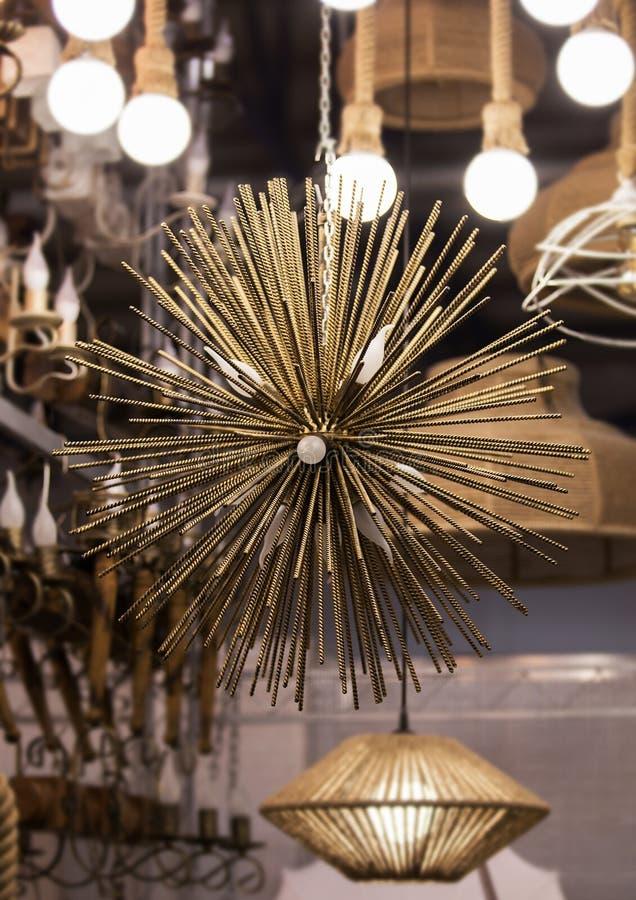 Chandelier de ferro em latão dourado, redondo constituído por espigões de ouro, raias Design moderno e bonito da lâmpada pendente fotos de stock
