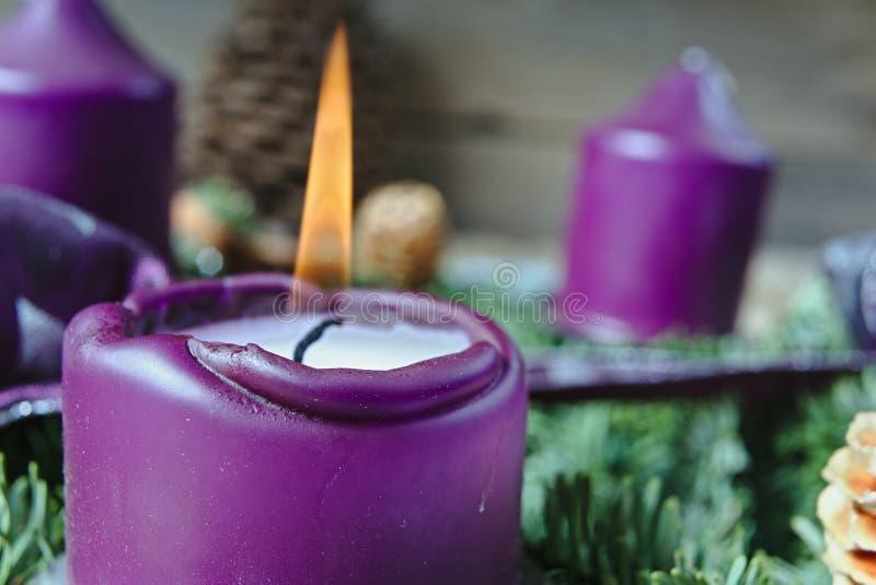 Chandelier de Noël avec la bougie brûlante image libre de droits