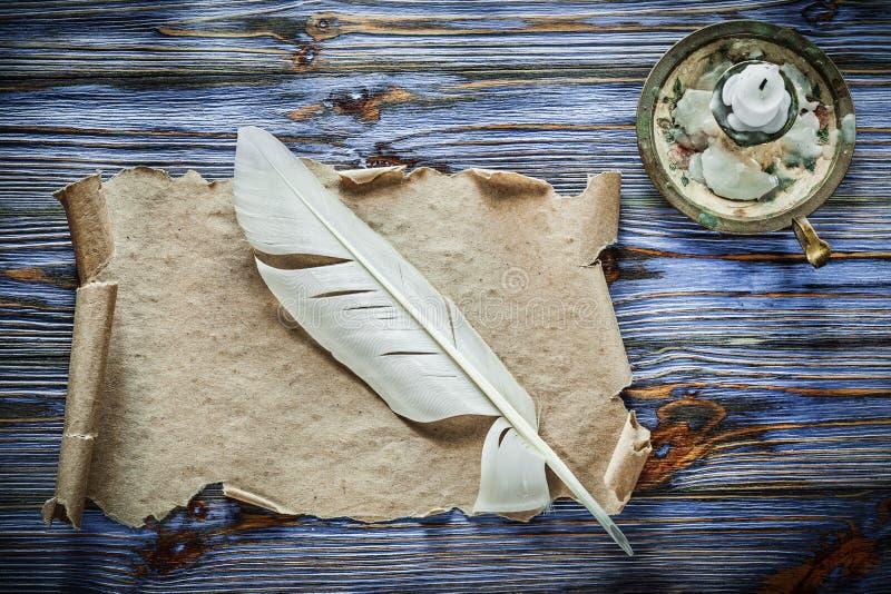 Chandelier de papier de plume de rouleau de vintage sur le backgrou en bois bleu photo stock