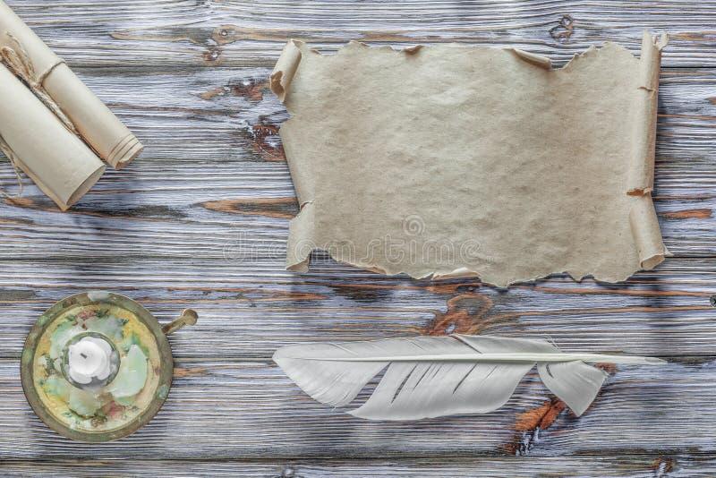 Chandelier de papier de plume de rouleau de vintage sur le fond en bois bleu images libres de droits