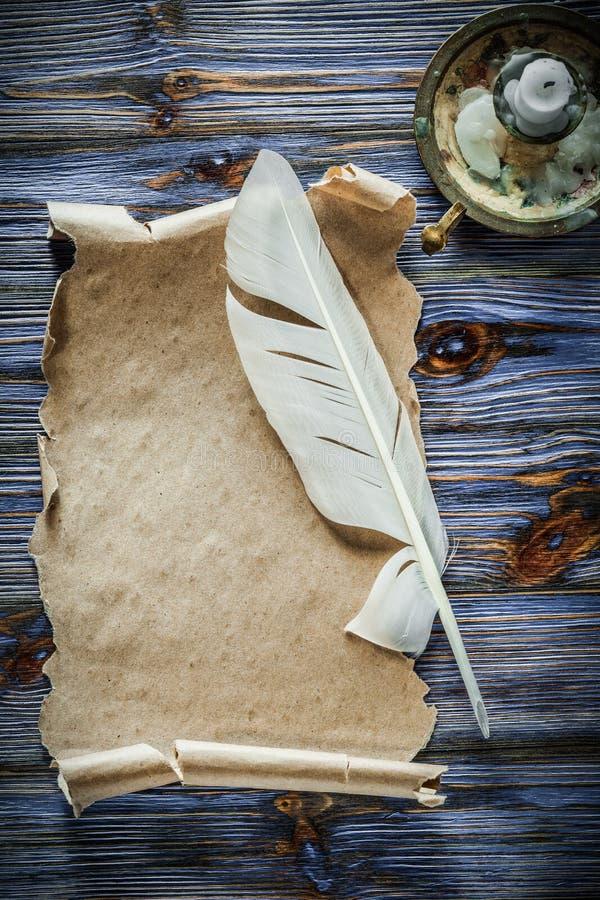 Chandelier de plume de petit pain de papier de vintage sur le fond en bois bleu photographie stock