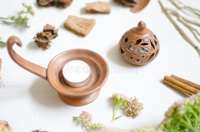 Chandelier de poterie sur la table en bois blanche Cerami décoratif image libre de droits