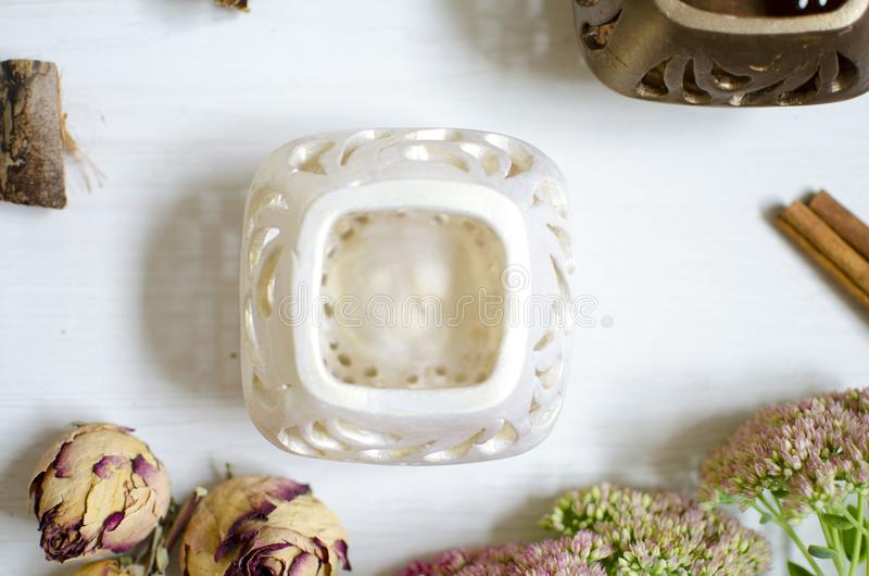 Chandelier de poterie sur la table en bois blanche Cerami décoratif photo stock