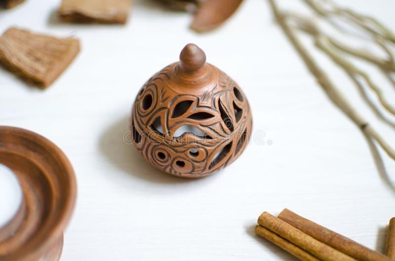 Chandelier de poterie sur la table en bois blanche Cerami décoratif photographie stock libre de droits