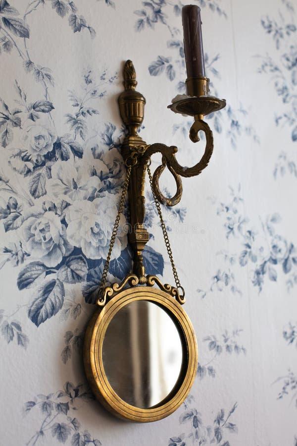 Chandelier de vintage avec un miroir accrochant sur le mur photographie stock libre de droits